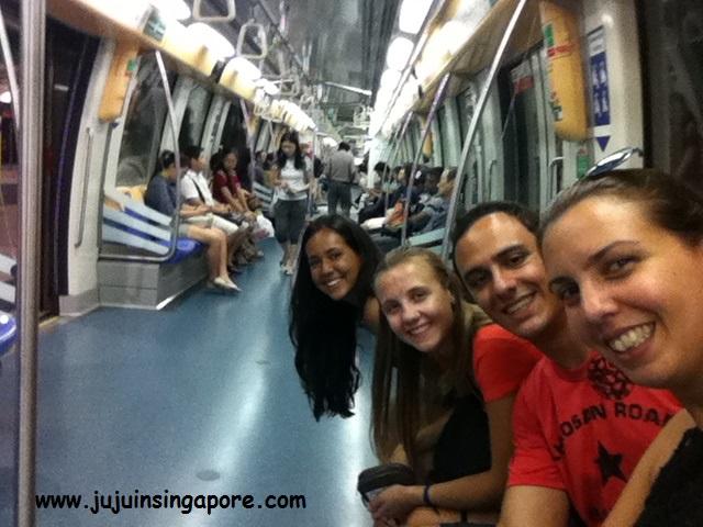 Andando de metrô com minhas visitas Jen, Natália e Roberto
