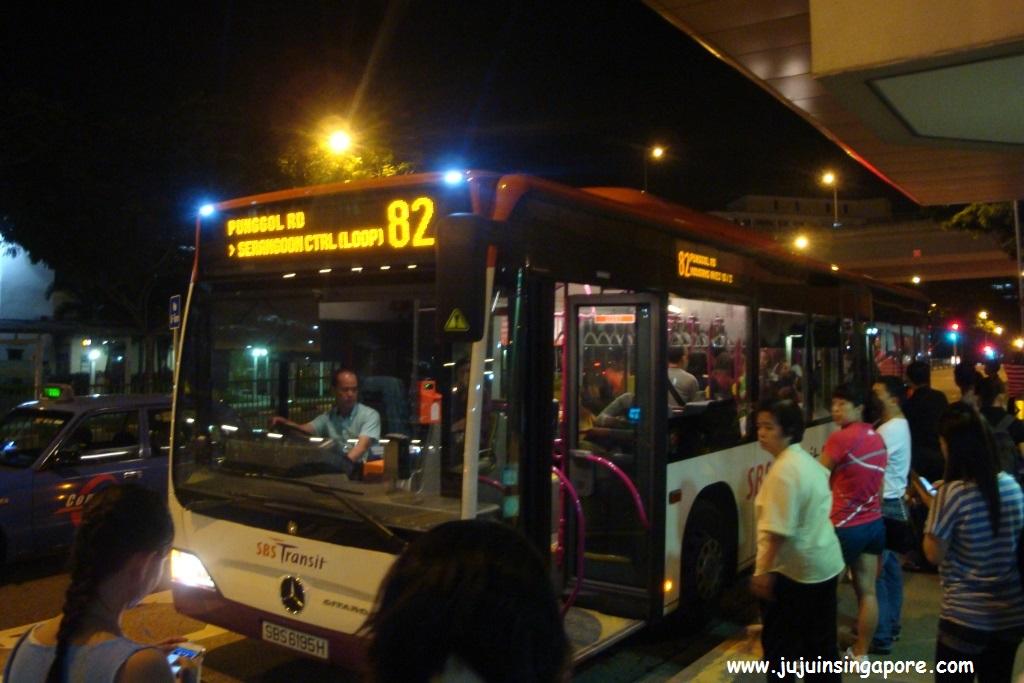 Ônibus parado no ponto para o pessoal embarcar e desembarcar