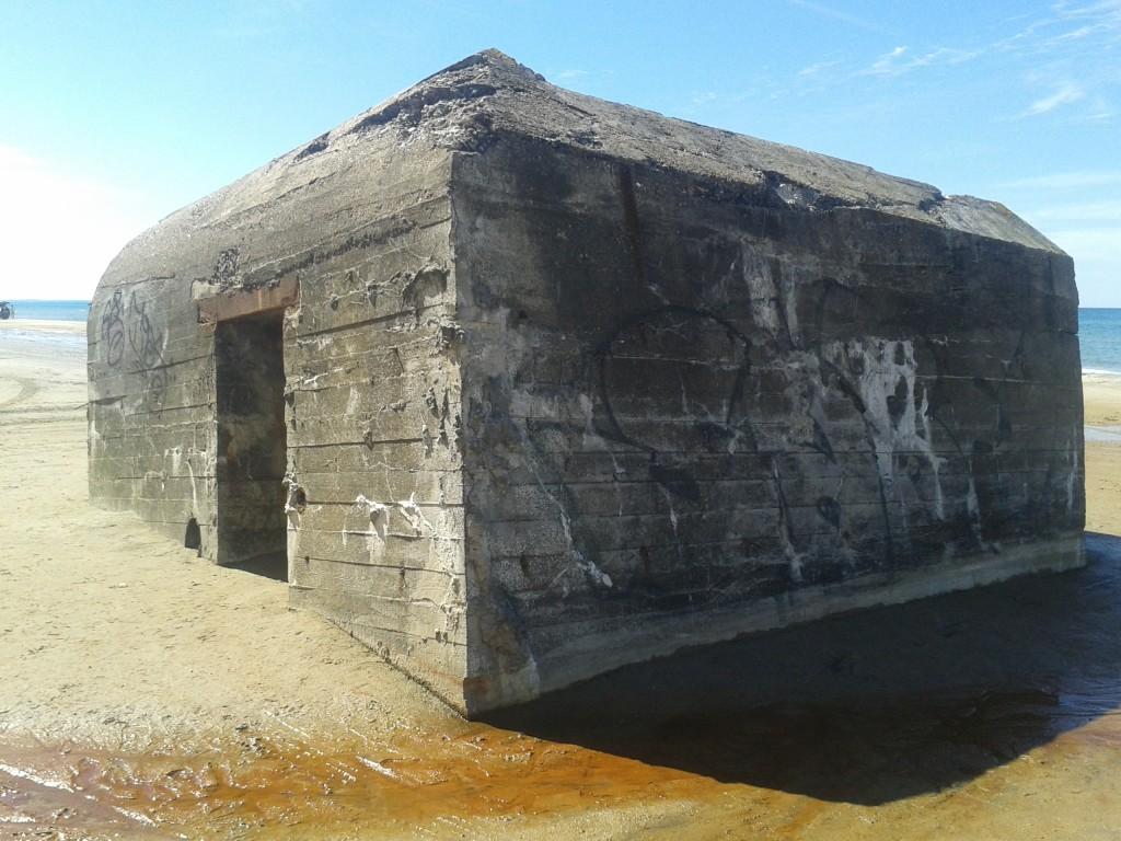 Bunker alemão atolado nas areias da praia de Kandestederne (Foto: Cristiane Leme)