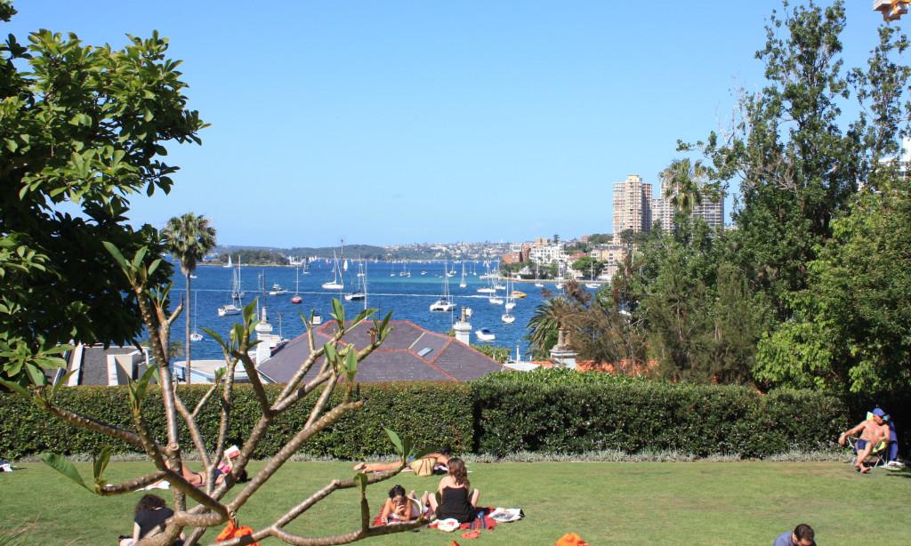 Vista de uma praça em Elizabeth Bay, área residencial de Sydney.