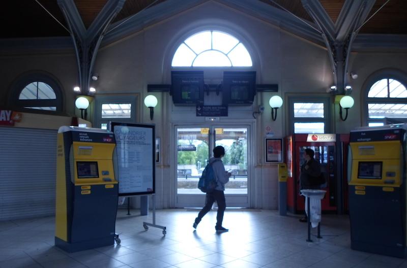 Estação em Chantilly com o único quiosque de revistas fechado.