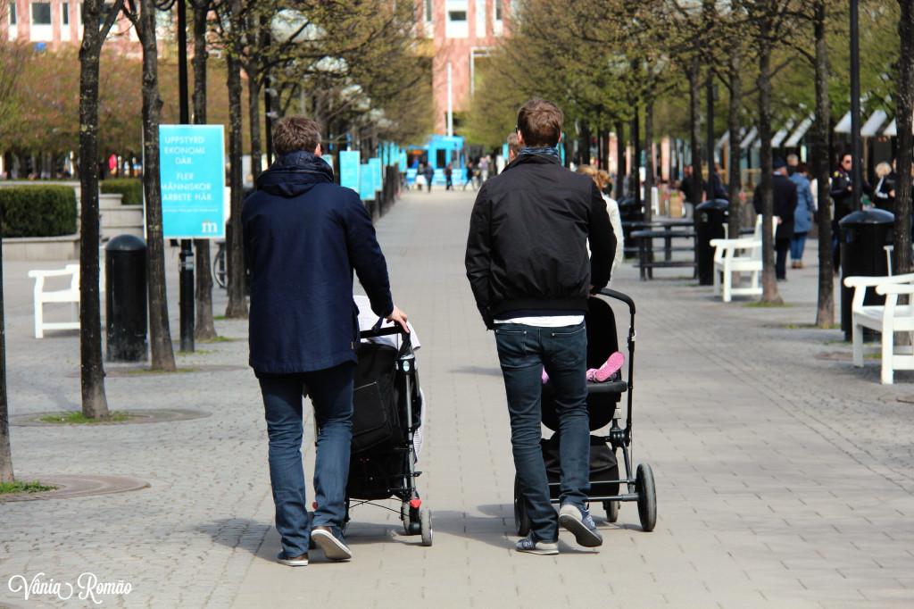 Pais passeando por Estocolmo