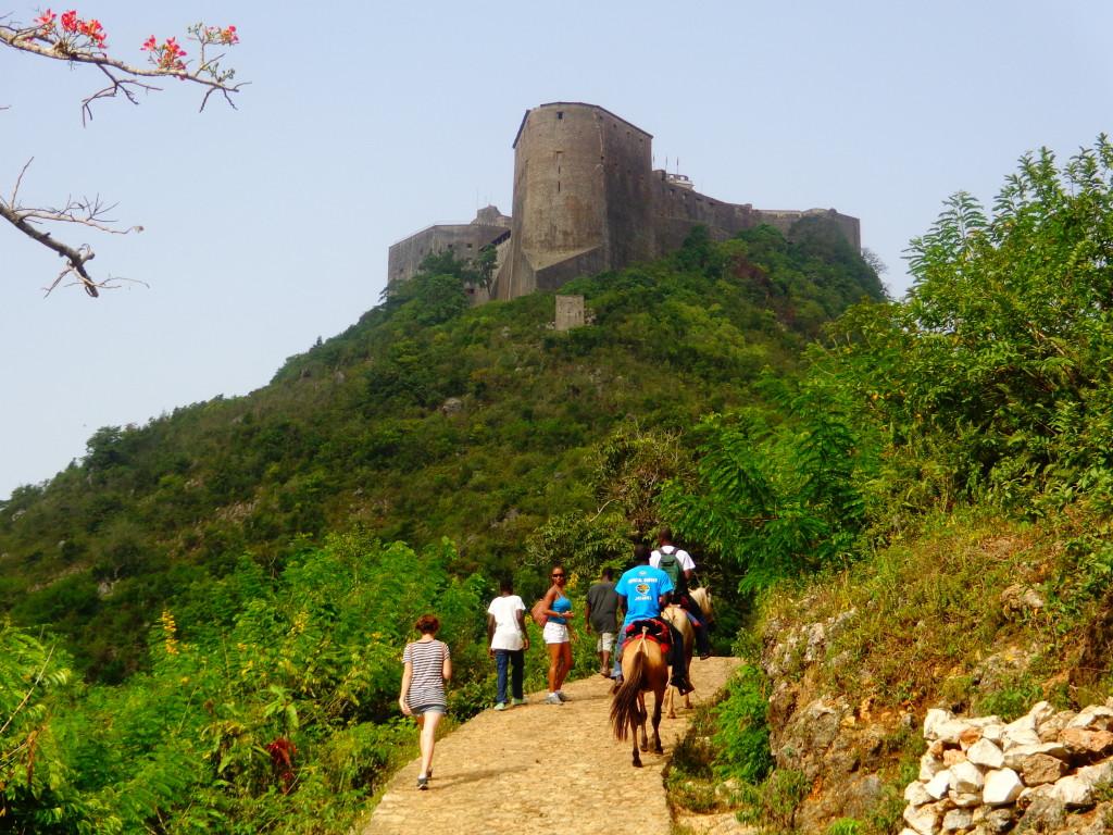 Para chegar ao topo da montanha subimos a pé pela trilha, mas se pode pagar para subir de mula.