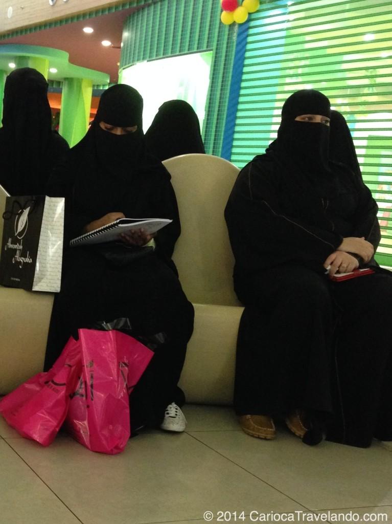 """Mulheres com o """"niqab"""" em um shopping na Arábia Saudita"""