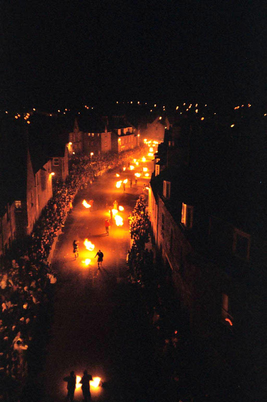 Stonehaven Fireballs. Crédito: The Stonehaven Fireballs Association - http://www.stonehavenfireballs.co.uk/