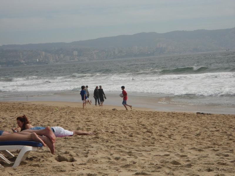 """Pessoas """"tomando sol"""" e passeando completamente vestidas em Viña del Mar"""
