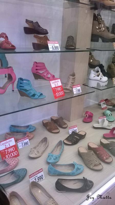 Vitrine de loja de sapatos no centro de Santiago