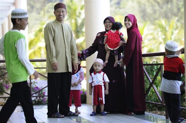 Marido, esposas e filhos, membros da ONG Obedient Wives (Foto: www.reuters.blog.org)