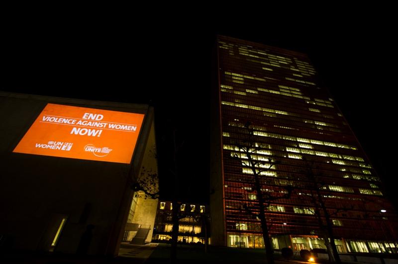 """25/11/2014- Nova Iorque, Uma vista do complexo da sede da ONU iluminado na cor laranja, como parte do """"Orange Seu Bairro"""" da campanha que antecederam o Dia Internacional pelo Fim da Violência contra as Mulheres."""