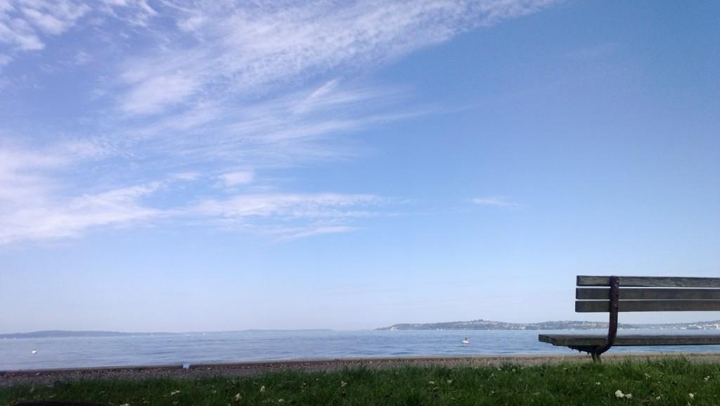 Quem disse que Seattle é só chuva e céu cinzento? A praia de Alki tem um calçadão que ajuda a matar saudade do Brasil
