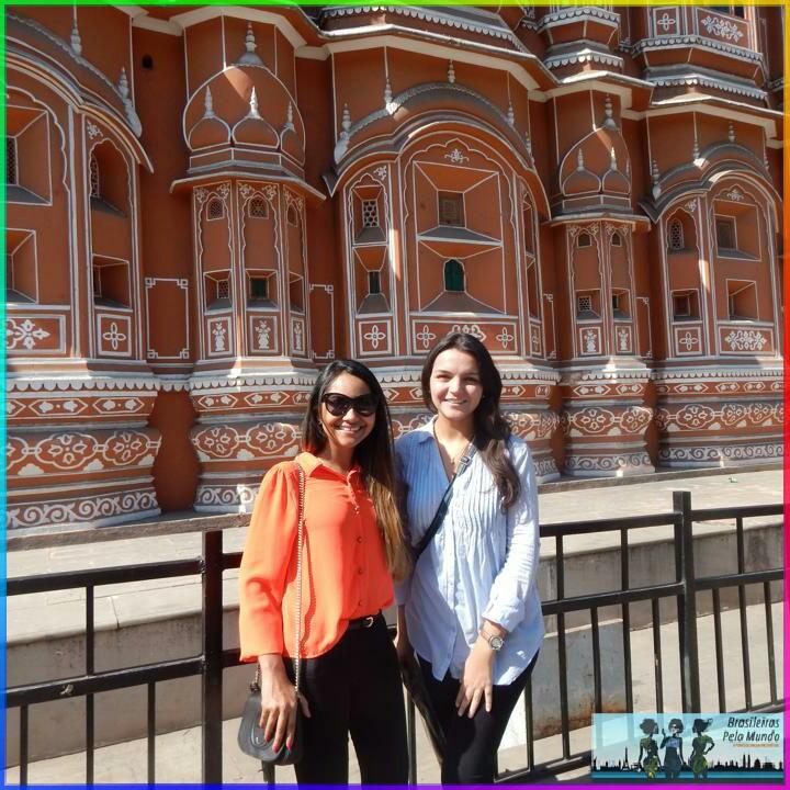 1. Lorrane e Camila India