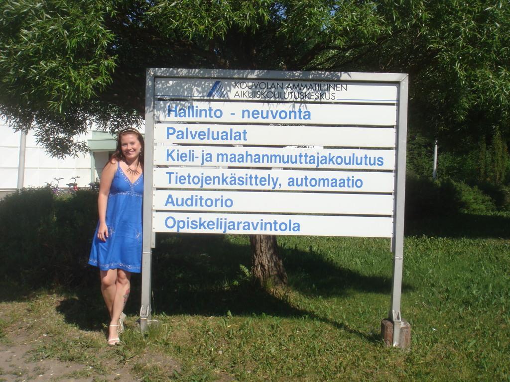 "Na entrada do jardim da ""Kouvolan Ammatillinen Aikuiskoulutuskeskus"" (escola profissionalizante para adultos de Kouvola) - demorei 10 dias para aprender a falar isso."