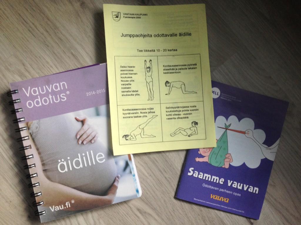 Material recebido na primeira consulta: um livro com o passo a passo de cada semana da gravidez, cartilha de excercícios para grávidas e um livreto com dicas diversas sobre bebês recém-nascidos.