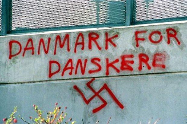 """Pichação num muro em Copenhague, com os dizeres """"Dinamarca para os dinamarqueses"""" e suástica nazista (Foto: BT.dk/Divulgação)"""