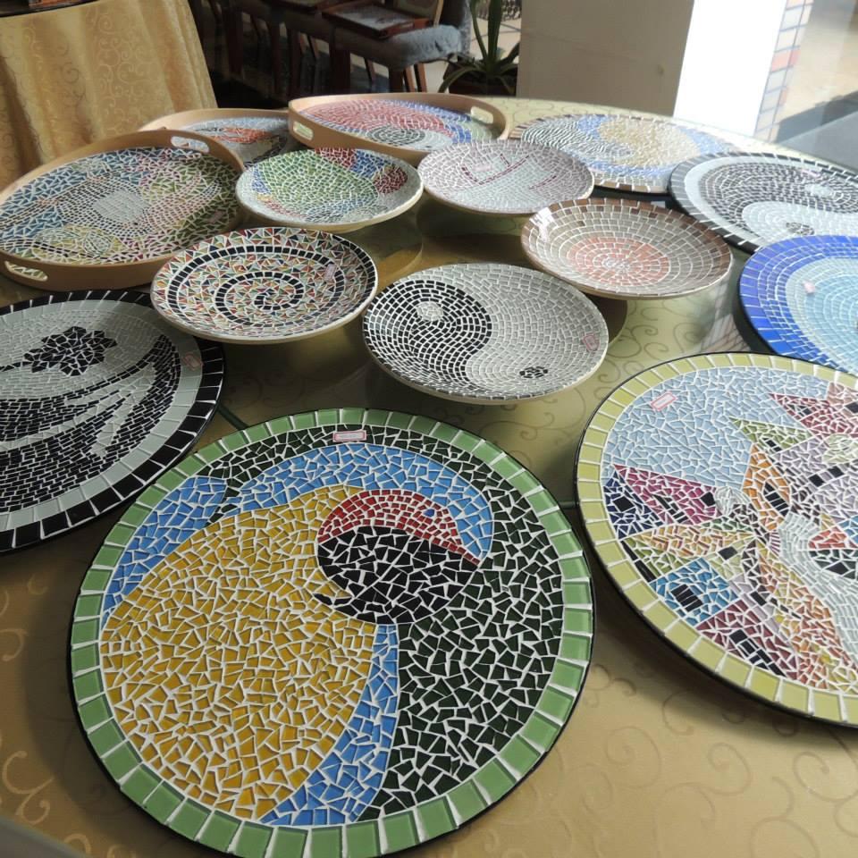 Bandejas de mosaico confeccionadas pelas brasileiras que vivem em Shanghai.
