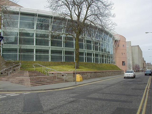 Abertay University, Dundee (crédito: John Lord - https://www.flickr.com/photos/yellowbookltd/ - CC BY 2.0)