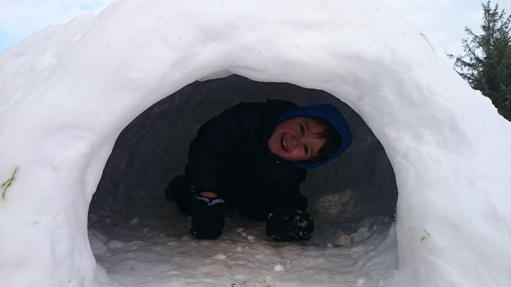 Criança brincando na neve. Foto: Caroline Abate