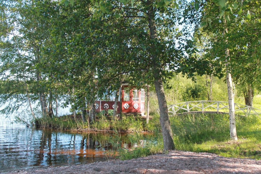 Foto: arquivo pessoal, churrasqueira da mökki a beira do lago.