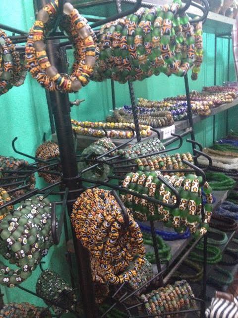 Loja de beads na indústria de produção do povo Krobo. Beads são feitos de vidro reciclado, seguindo uma refinada técnica manual de fusão e pintura.