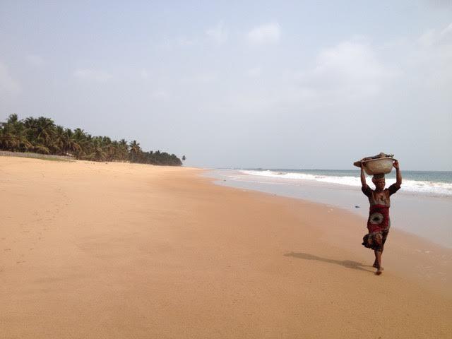 Praia de Akwiida, costa oeste de Gana.