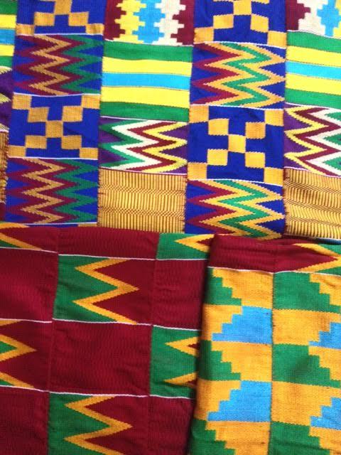 Tecido Kente, muito utilizado pelo povo Ashanti em festividades. Na foto, aquisições pessoais da associação de tecelães de Bonwire, vilarejo onde foi criado o Kente.