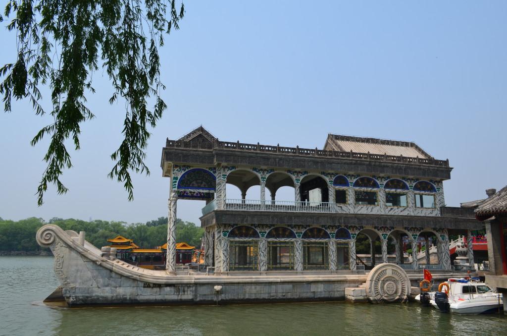 Barco de mármore no Palácio de Verão.
