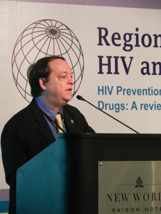 Dr Fábio dando palestra sobre a AIDS