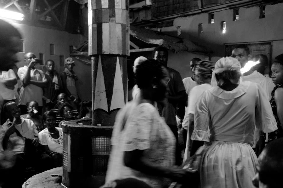 Foto de uma cerimônia do dia de finados. Por Flore Rossi