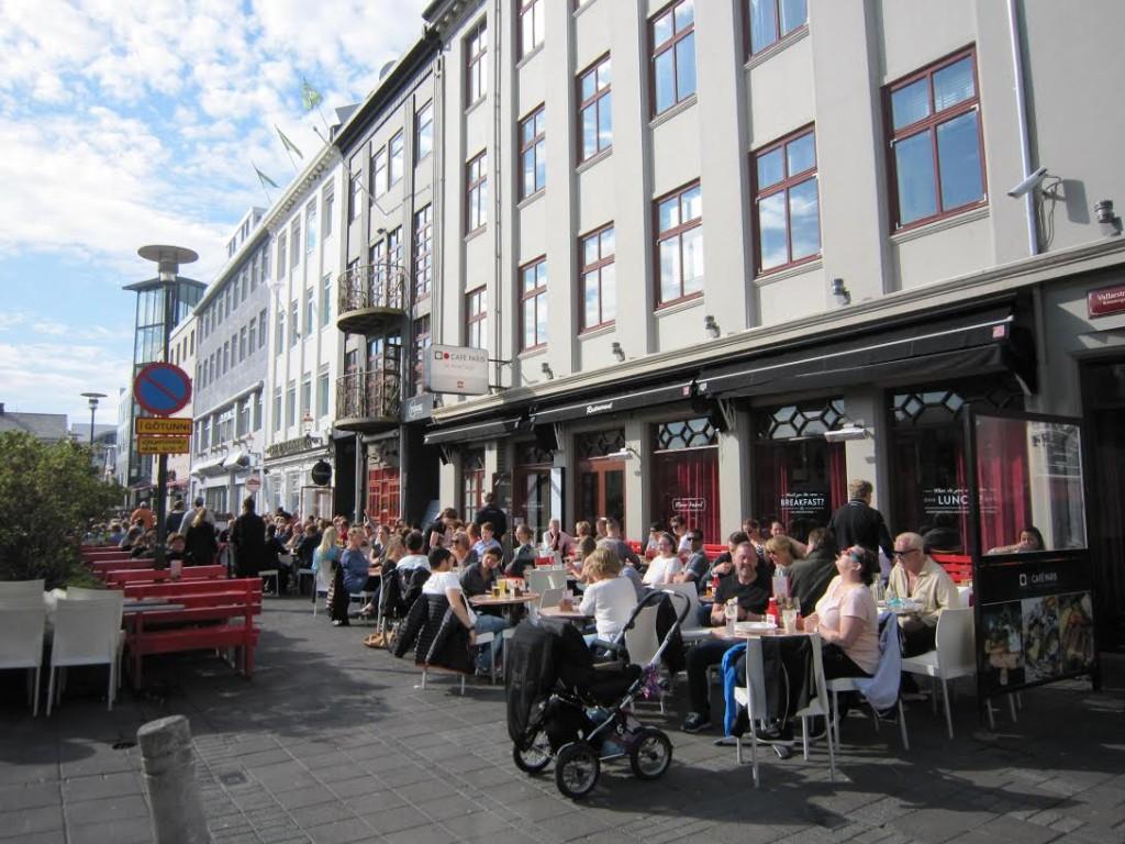 Café Paris no centro de Reykjavik num dia quente de verão