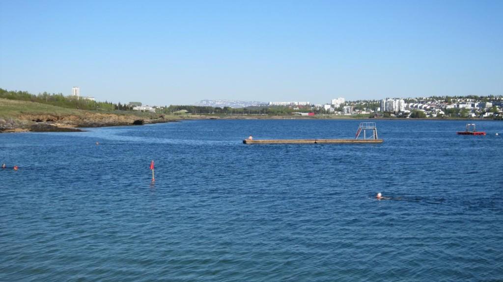 O mar de Nauthólsvík_Parte não aquecida com nadadores corajosos