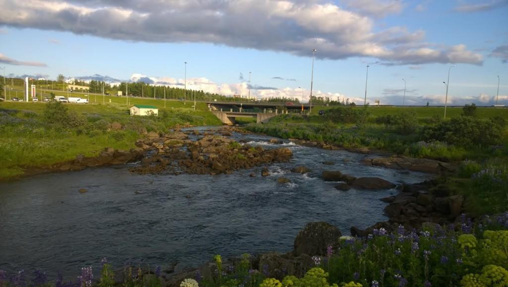 O rio Elliðaár em Reykjavík_Aqui pode-se pescar salmão dentro da cidade.