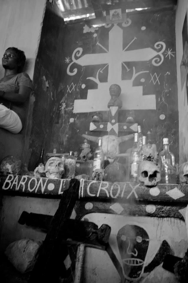 Altar preparado para cerimônia de finados em homenagem a um dos espíritos Guedés: Baron La Croix