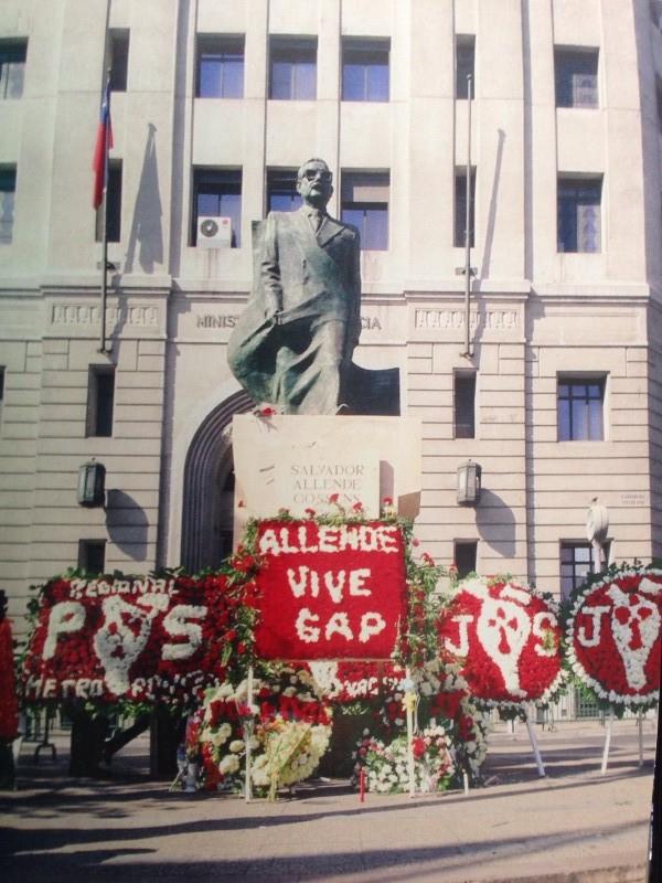 Estátua em homenagem à Salvador Allende na Plaza de la Constitución no frontis de La Moneda