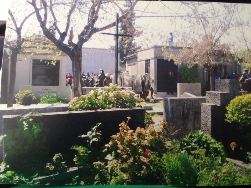 Carabineros dentro do cemitério para dissipar os desordeiros da manifestação