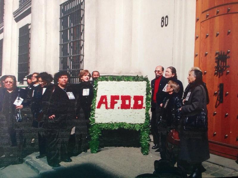"""Homenagem da AFDD frente à """"porta do presidente"""", em Morandé, 80. La Moneda."""