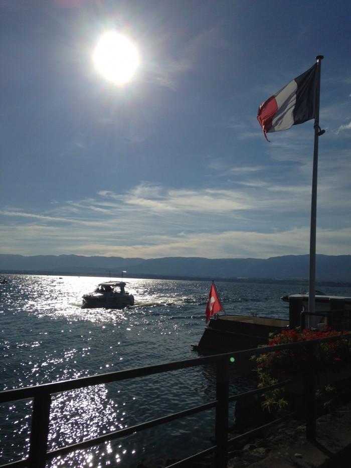 Lago que divide Yvoire, na França de Nyon, na Suíça. Duas bandeiras de países diferentes no mesmo lugar - não seria, talvez, o conceito de fronteira ilusório?