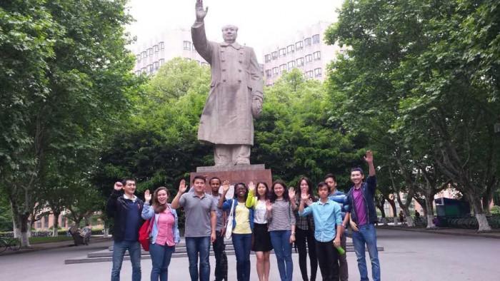mariana com seus amigos do mundo na universidade em Shanghai.