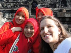 """Estudantes visitando Borobudur, foto com a """"bule""""."""