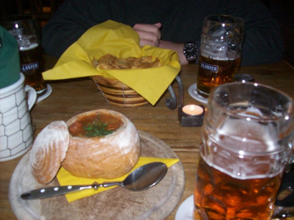 Sopa tradicional, servida dentro do pão