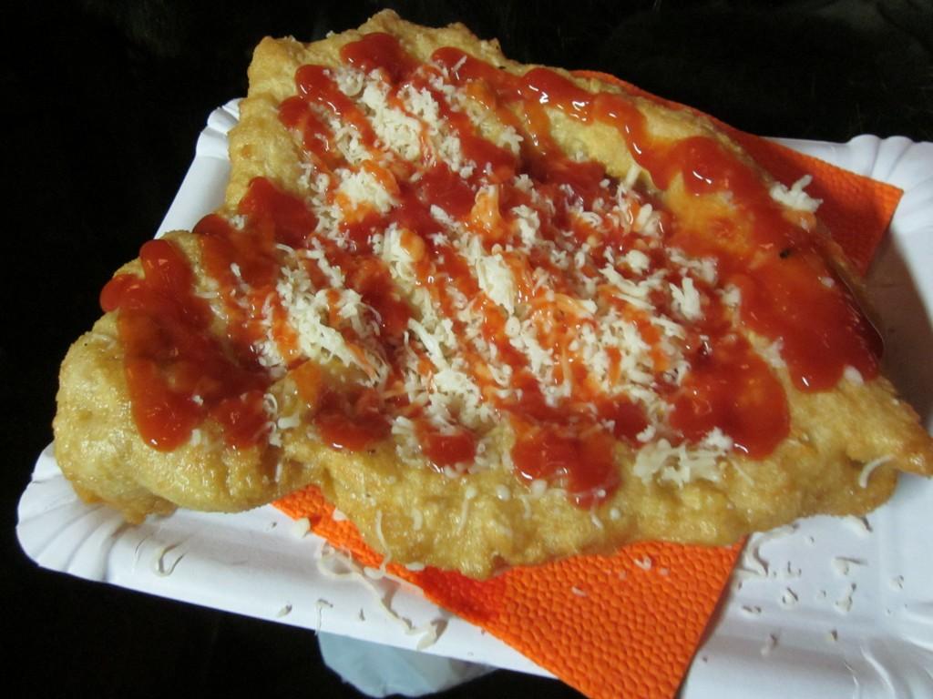 Langos: massa frita com molho de alho, molho de tomate e queijo, vendido nos mercados de Natal.