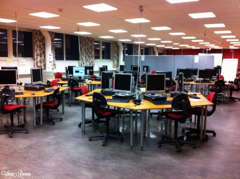 Espaço com computadores na Folkuniversitetet em Gotemburgo