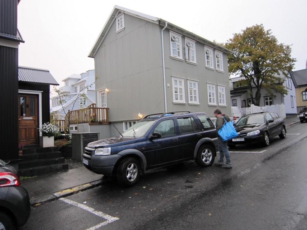 Muito normal por aqui esta forma de estacionar