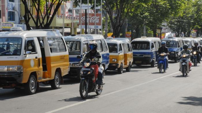 """Os pequenos """"angkots"""" - máximo 10 passageiros. Fonte foto: kaltim.tribunnews.com"""