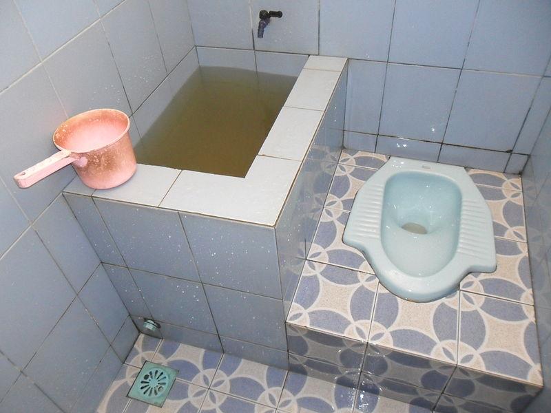 Tente não surtar ao se deparar com o típico toilet local. (Fonte: http://www.vagabondjourney.com)