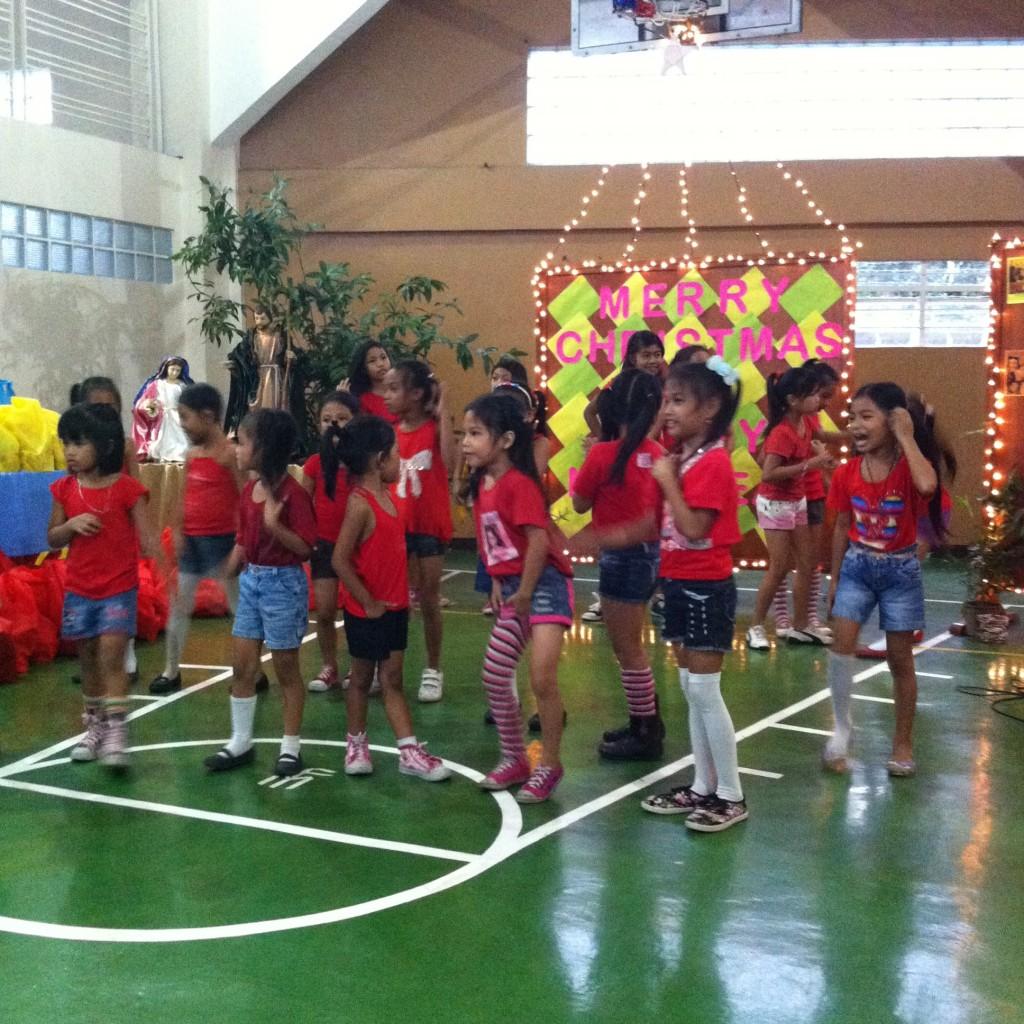 Crianças na celebração de Natal em Antipolo