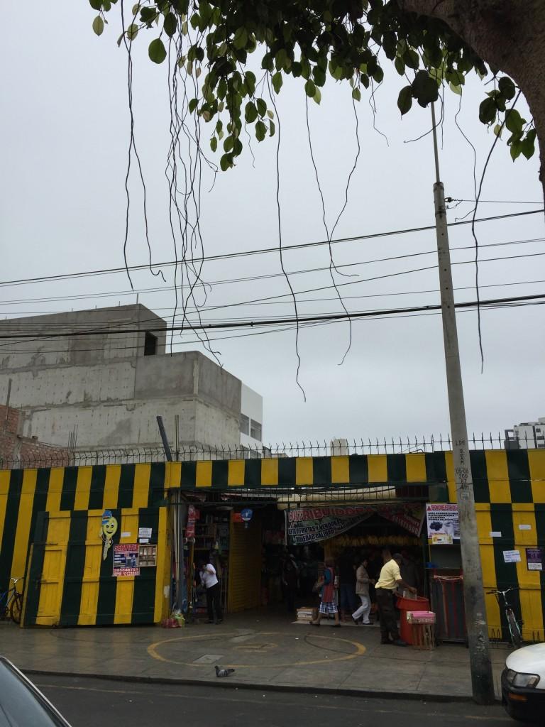 Mercado popular da cooperativa de Miraflores, na rua General Mendiburu.