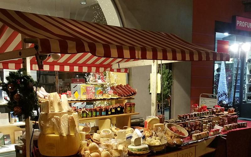 Banca de produtos típicos da região na feirinha de Natal em Ascona , Suíça - por Selma Poncini