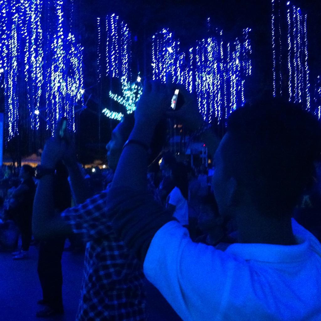 Festival de luzes em Makati registrado por filipinos, que adoram tirar fotos para redes sociais.