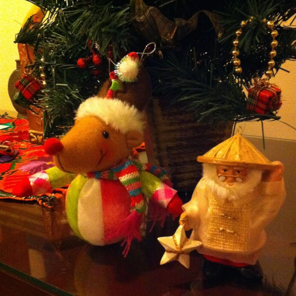 Nossa árvore com o Papai Noel Filipino, de roupa típica e um parol na mão
