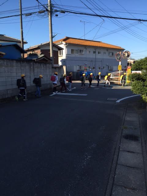 Grupo de crianças indo para a escola juntas